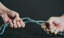 鎖と人間の手