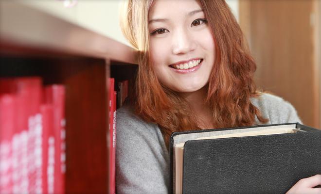 成功哲学本を読む女性 イメージ